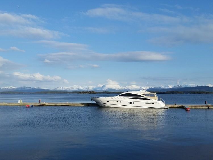 Wypożyczanie łodzi silnikowych na morzu i jeziorze
